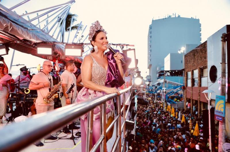Energia de Ivete Sangalo conquista multidão no Carnaval de Salvador