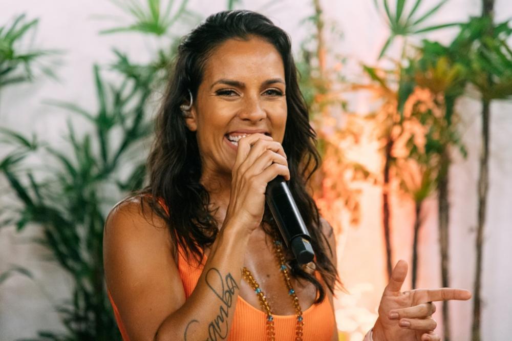 Cantora Ju Moraes comanda show na Alvorada da Festa de Iemanjá