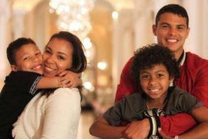 Influencer Isabelle Silva retorna ao Brasil com a família